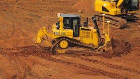在猎物的黄色履带牵引装置推土机采矿沙子 大量手段采矿 股票视频