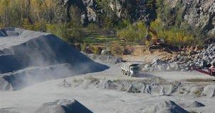 在猎物的黄色翻斗车,一块石头的提取在猎物的,黄色被装载的翻斗车在猎物乘坐,运作 股票视频
