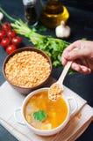 在猪肉汤的新鲜的液体浓豌豆汤 豆汤用荷兰芹 健康早餐黑色混凝土背景 选择聚焦 免版税库存图片