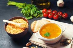 在猪肉汤的新鲜的液体浓豌豆汤 豆汤用荷兰芹 健康早餐黑色混凝土背景 选择聚焦 库存图片