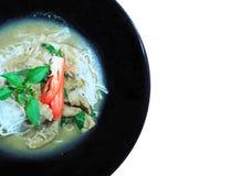 在猪肉绿色咖喱的泰国米细面条 免版税库存图片