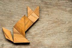 在猫坐的形状的七巧板难题 免版税库存照片