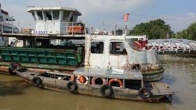 在猫赖口岸的老小船 库存图片