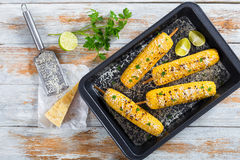 在玉米棒的可口烤玉米用被磨碎的帕尔马干酪 库存图片