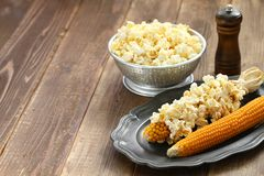 在玉米棒的玉米花 免版税库存图片