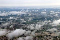 在玉米田和绿色农业地区云彩的大角度看法  图库摄影