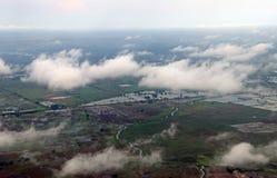 在玉米田和绿色农业地区云彩的大角度看法  免版税图库摄影