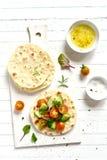 在玉米粉薄烙饼的新鲜蔬菜沙拉 库存照片