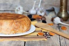 在玉米粉薄烙饼的肉饭用干果子,大蒜和 免版税库存照片