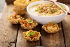 在玉米粉薄烙饼碗的自创hummus 免版税图库摄影
