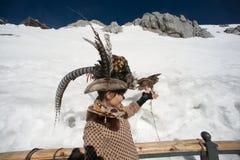 在玉龙雪山的旅行家幸福。 免版税库存图片