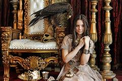 在王位旁边的公主 库存图片