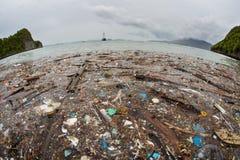 在王侯Ampat的塑料浮动垃圾 库存照片