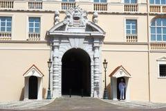 在王子摩纳哥的` s宫殿前面守卫 库存图片