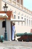在王子摩纳哥的` s宫殿的附近挂表链 免版税库存图片