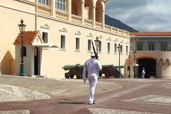 在王子摩纳哥的` s宫殿的附近走的卫兵 库存照片