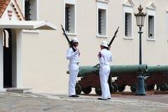在王子摩纳哥的` s宫殿附近守卫改变 库存照片