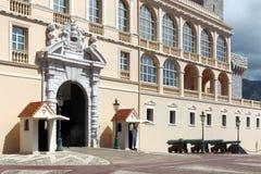 在王子摩纳哥的` s宫殿附近守卫 库存照片