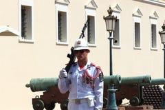 在王子摩纳哥的` s宫殿附近守卫` s特写镜头 免版税库存图片