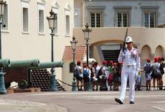 在王子摩纳哥的` s宫殿附近教育孩子 库存照片