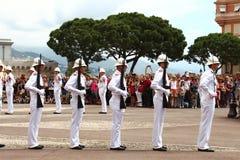 在王子` s宫殿,摩纳哥市附近守卫仪式 库存照片
