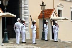 在王子` s宫殿,摩纳哥市附近守卫改变的仪式 免版税库存照片
