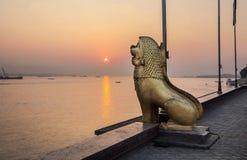 在王宫公园,金边市,柬埔寨的狮子雕象。 免版税图库摄影