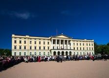 在王宫前面的挪威宪法天  免版税库存照片