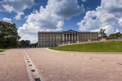 在王宫和庭院的全景在奥斯陆,挪威 库存照片