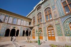 在王宫Golestan的墙壁上的老陶瓷砖在德黑兰,伊朗 库存照片