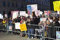 在王牌之外的抗议者在总统` s天耸立 免版税库存图片