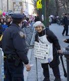 在王牌之外的抗议者在总统` s天耸立 库存照片