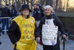 在王牌之外的抗议者在总统` s天耸立 免版税库存照片