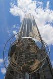 在王牌国际饭店前面的地球和塔在哥伦布在曼哈顿盘旋 免版税库存照片
