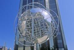 在王牌国际饭店前面的地球在第59条街道,纽约, NY上的雕塑和塔 库存图片