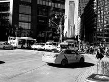 在王牌塔之外的纽约街与NYPD 免版税库存图片