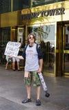 在王牌塔前面的一张抗议者sellingTrump卫生纸在纽约 免版税库存图片