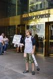 在王牌塔前面的一张抗议者sellingTrump卫生纸在纽约 免版税图库摄影