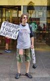在王牌塔前面的一张抗议者sellingTrump卫生纸在纽约 免版税库存照片