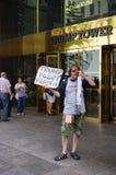 在王牌塔前面的一张抗议者sellingTrump卫生纸在纽约 库存图片