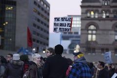 在王牌塔前面的反王牌集会在多伦多 免版税库存图片