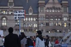在王牌塔前面的反王牌集会在多伦多 库存图片