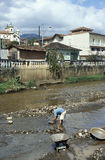 在玛丽安娜供以人员搜寻金子,巴西的河 免版税库存照片