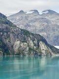 在玛乔丽冰川、峭壁和海附近的冰河海湾阿拉斯加 免版税库存图片
