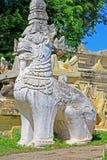 在玛哈Aungmye Bonzan修道院, Innwa,缅甸的石狮子 库存图片