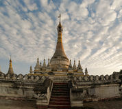 在玛哈Aungmye Bonzan寺庙附近的Stupa在日落,阿瓦缅甸 免版税图库摄影
