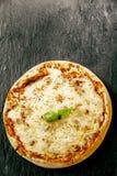 在玛格丽塔酒薄饼的熔化无盐干酪乳酪 免版税库存图片
