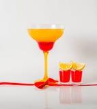 在玛格丽塔酒玻璃,红色和橙色组合的五颜六色的饮料, 库存照片