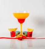 在玛格丽塔酒玻璃,红色和橙色组合的五颜六色的饮料, 库存图片