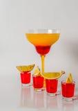 在玛格丽塔酒玻璃,红色和橙色组合的五颜六色的饮料, 免版税库存照片
